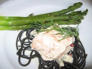 Sepia Spaghetti mit Sahnesauce, Lachs und grünem Spargel