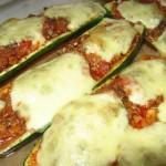 Mit Mozarella überbackene Zucchini